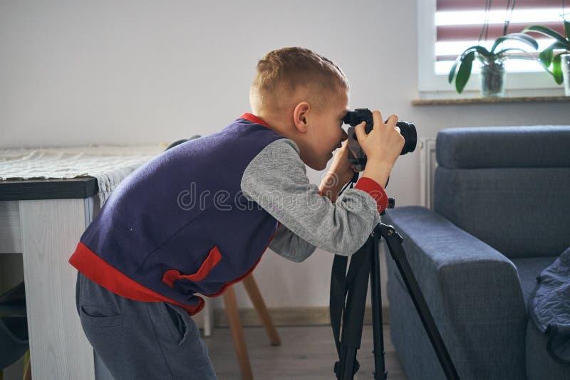 Un petit garçon prend des photos images stock