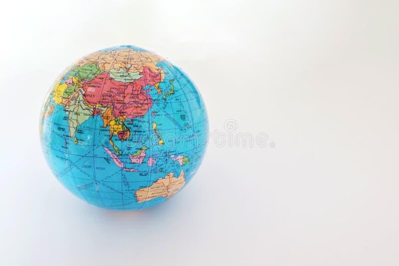 Un petit globe en plastique, d'isolement sur un fond blanc images stock