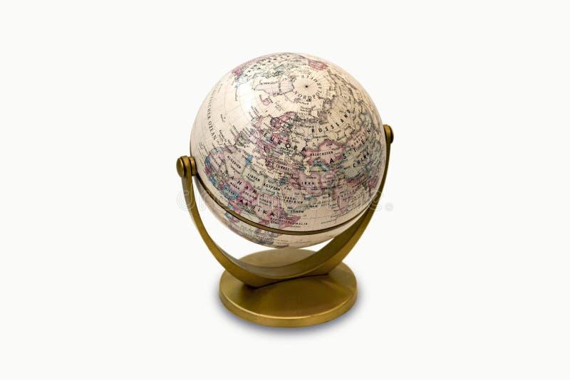 Un petit globe en plastique, sur un fond blanc avec le chemin de coupure photo libre de droits