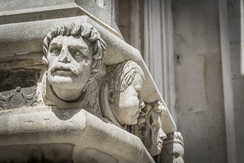 Un petit groupe de tête célèbre sur le portail de côté de la cathédrale de Sibenik photographie stock