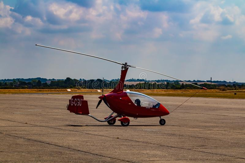 Un petit hélicoptère rouge photographie stock libre de droits