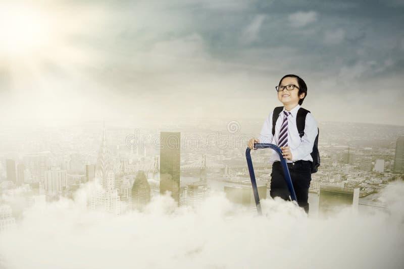 Un petit homme d'affaires ambitieux photographie stock libre de droits