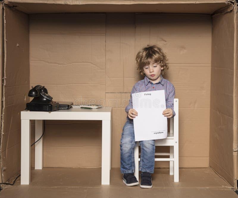 Un petit homme d'affaires a reçu un papier sur le renvoi image stock