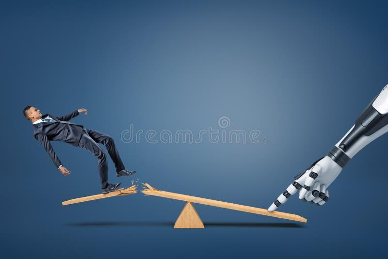 Un petit homme d'affaires tombe d'une planche cassée d'une bascule quand un bras robotique presse de son un autre côté images stock