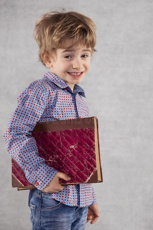 Un petit homme d'affaires va s'instruire dans le domaine du mana photographie stock libre de droits