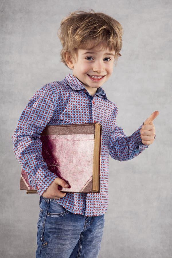 Un petit homme d'affaires va s'instruire dans le domaine du mana image libre de droits