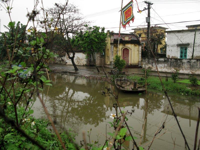 Un petit, isolé bateau isolé par la rivière photos libres de droits