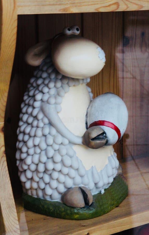 Un petit mouton gris mignon image libre de droits