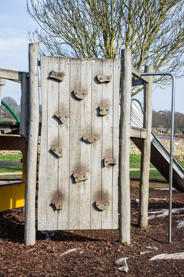 Un petit mur s'élevant en bois dans un terrain de jeu d'enfants photos libres de droits