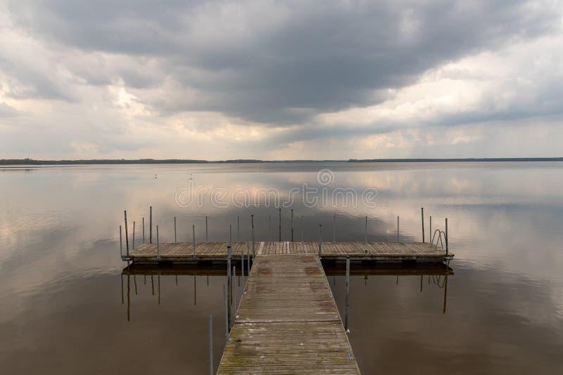 Un petit pont au-dessus du lac Réflexion des nuages sur le lake' ; surface de s image stock