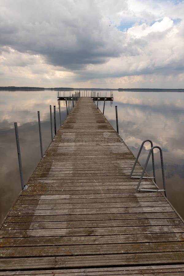 Un petit pont au-dessus du lac R?flexion des nuages sur le lake' ; surface de s image libre de droits