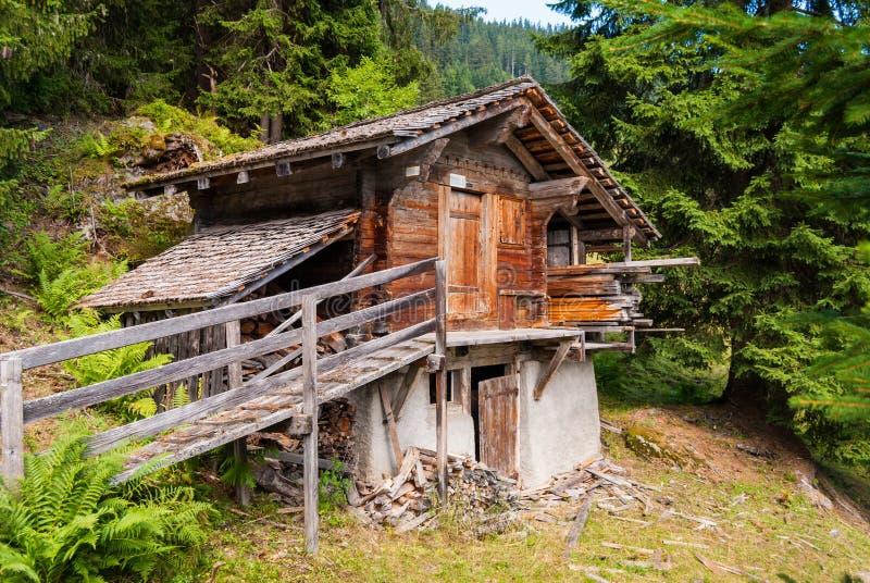 un petit vieux hangar en bois entouré par un paysage de montagne en Suisse photo libre de droits