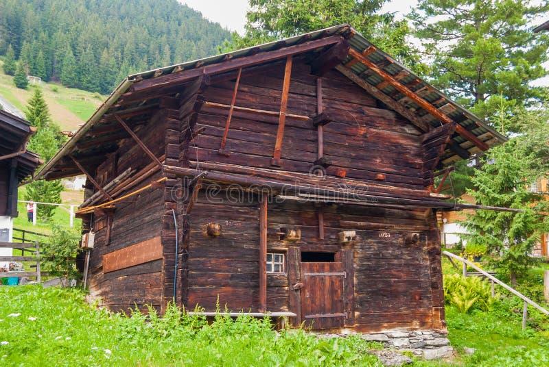 un petit vieux hangar en bois entouré par un paysage de montagne en Suisse photographie stock