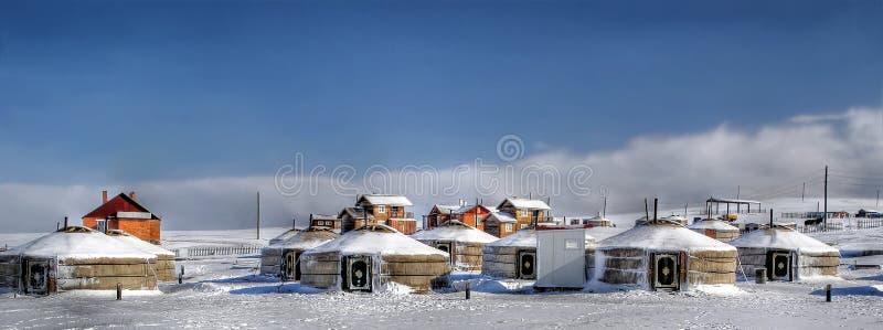 Un petit village en Mongolie avec le yurt traditionnel photos libres de droits