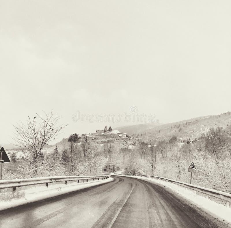 Un petit village neigeux photographie stock libre de droits
