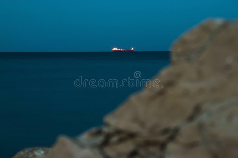 Un petrolero en la noche fotos de archivo