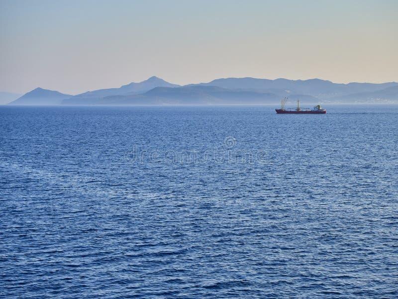 Un petrolero que cruza el Mar Egeo con las costas griegas en fondo imagen de archivo libre de regalías