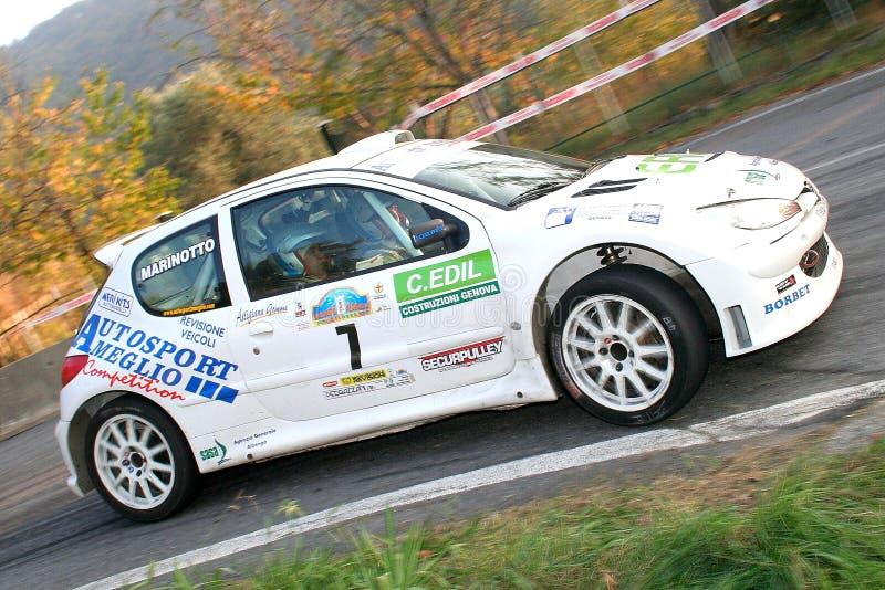 Un Peugeot 206 pendant un procès synchronisé de vitesse dans la deuxième édition de la course de Ronda Di Albenga qui a lieu jama photos stock