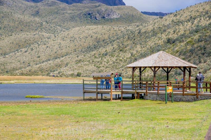 Un peuple non identifié appréciant le lac Limpiopungo dedans il parc national le Cotopaxi photo libre de droits
