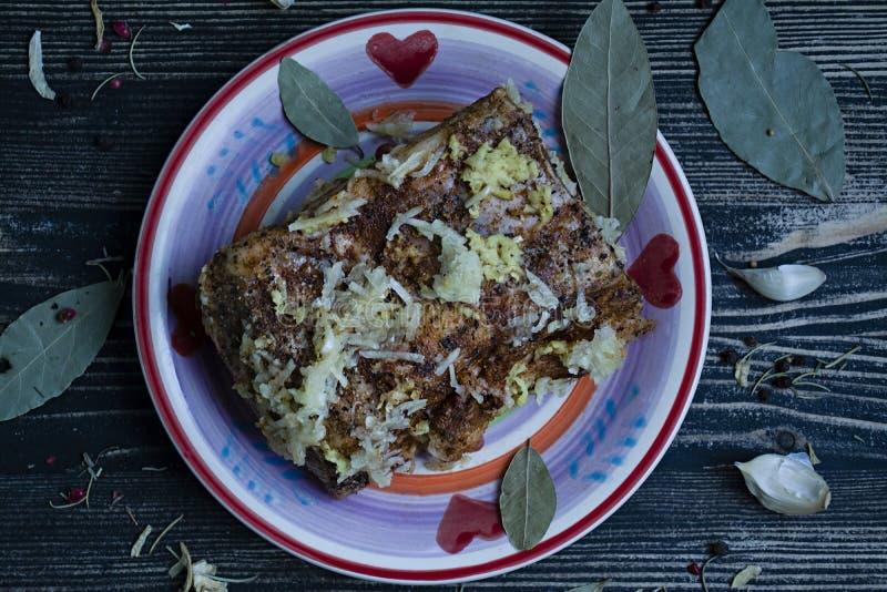 Un pezzo di bacon salato con le spezie Spuntino ucraino tradizionale Stile country immagini stock libere da diritti
