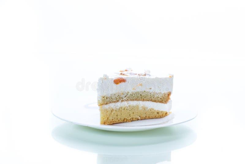 Un pezzo di dolce dolce casalingo con crema e le albicocche inscatolate immagine stock libera da diritti