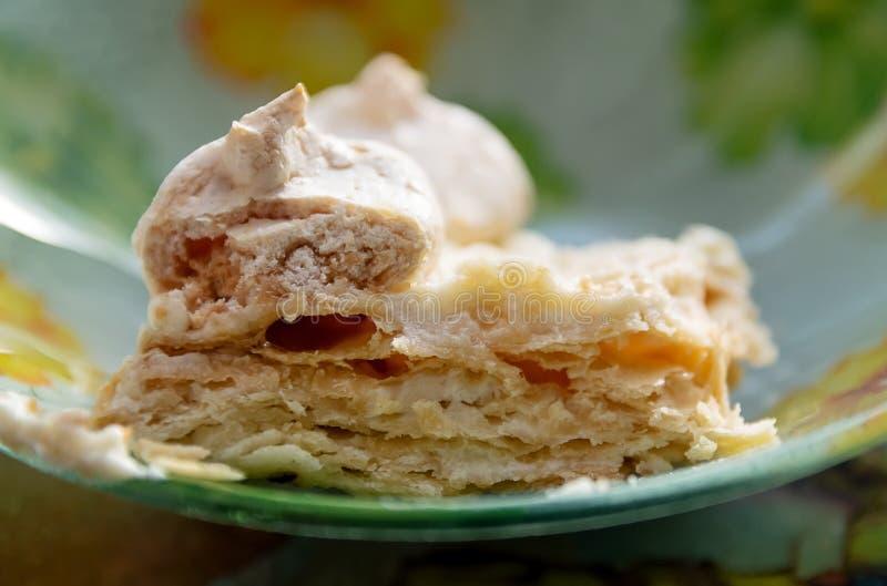 Un pezzo di dolce di strato casalingo con meringa su un Cl del piatto immagini stock libere da diritti