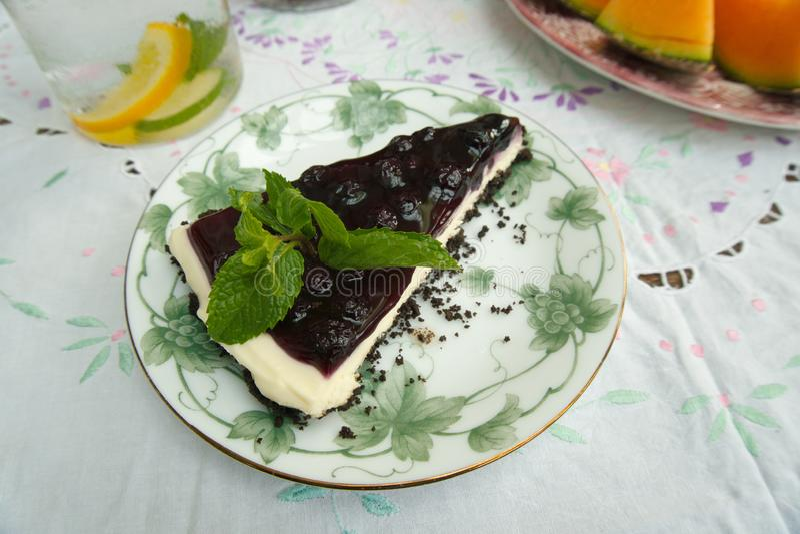 Un pezzo di torta di formaggio deliziosa del mirtillo di freschezza ? dessert al forno dolce del forno immagini stock
