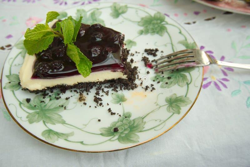 Un pezzo di torta di formaggio deliziosa del mirtillo di freschezza con una menta fotografia stock libera da diritti