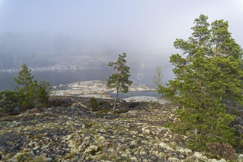 Un phénomène rare de temps - un nuage sur la surface d'un lac dessus photos libres de droits