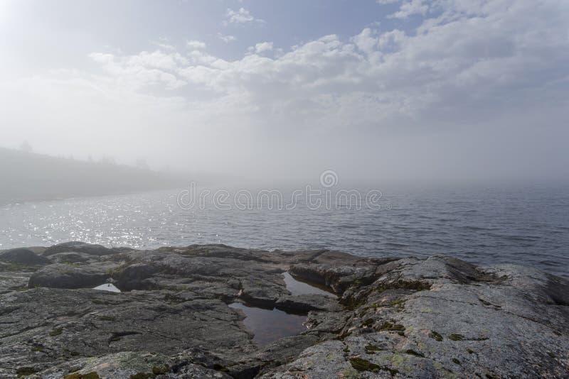Un phénomène rare de temps - un nuage sur la surface d'un lac dessus photo libre de droits