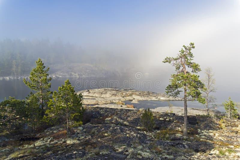 Un phénomène rare de temps - un nuage sur la surface d'un lac dessus image stock