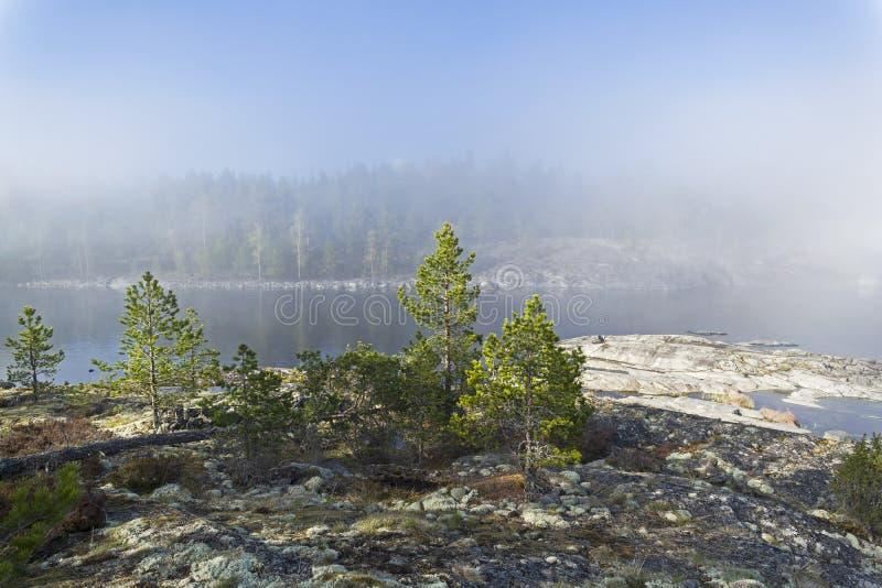 Un phénomène rare de temps - un nuage sur la surface d'un lac dessus image libre de droits