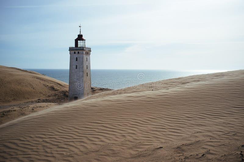 Un phare envahi par un sable migrateur dans Rubjerg Knude Danemark photographie stock libre de droits