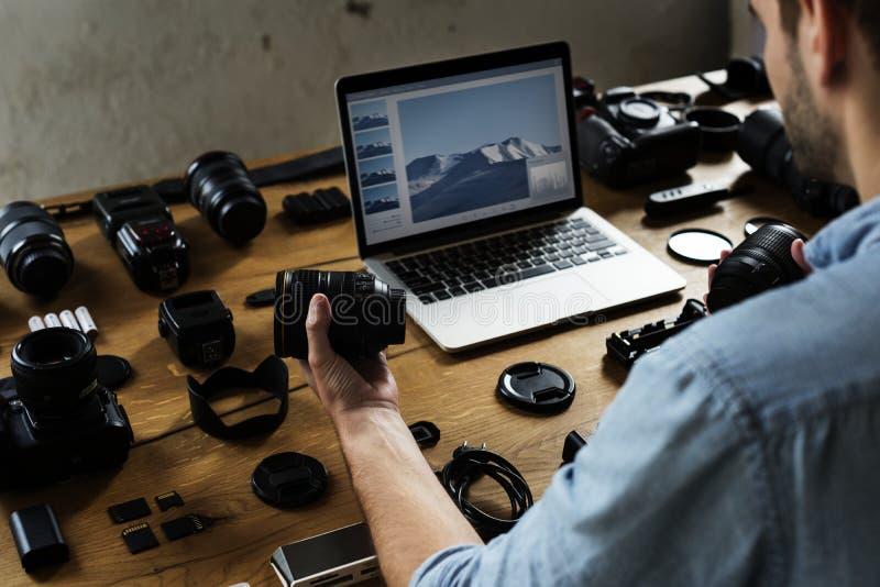 Un photographe avec l'équipement d'appareil-photo images stock