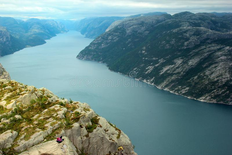 Un photographe prend la photo de la roche de pupitre du ` s de prédicateur de Preikestolen au-dessus de Lysefjord en Norvège photographie stock libre de droits