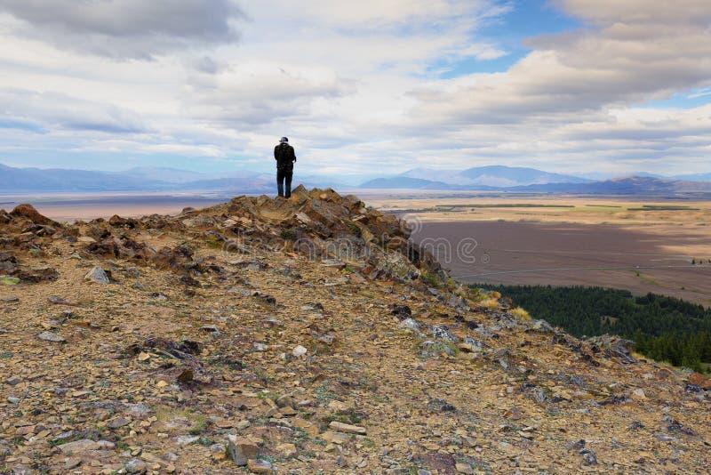 Un photographe saisissant la vue aérienne du lac Tekapo photo stock