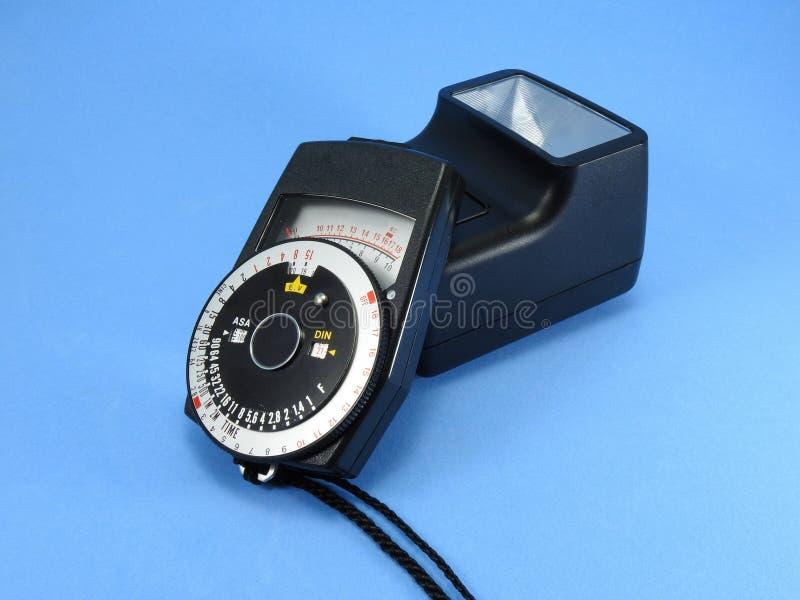 Un photomètre de cru et un vieil éclair de caméra de photo photos libres de droits