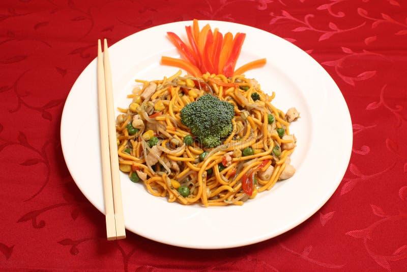 Un piatto bianco del cibo Mein del pollo immagini stock libere da diritti