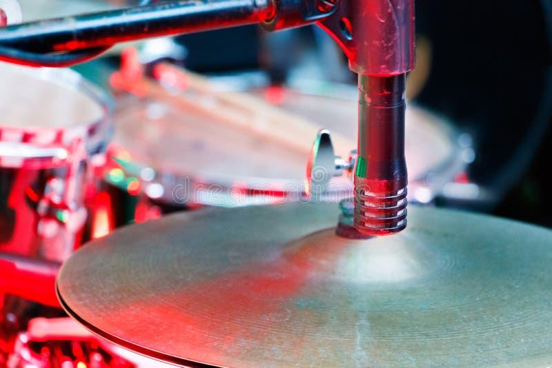 Un piatto d'argento dei tamburi con un primo piano del microfono immagini stock