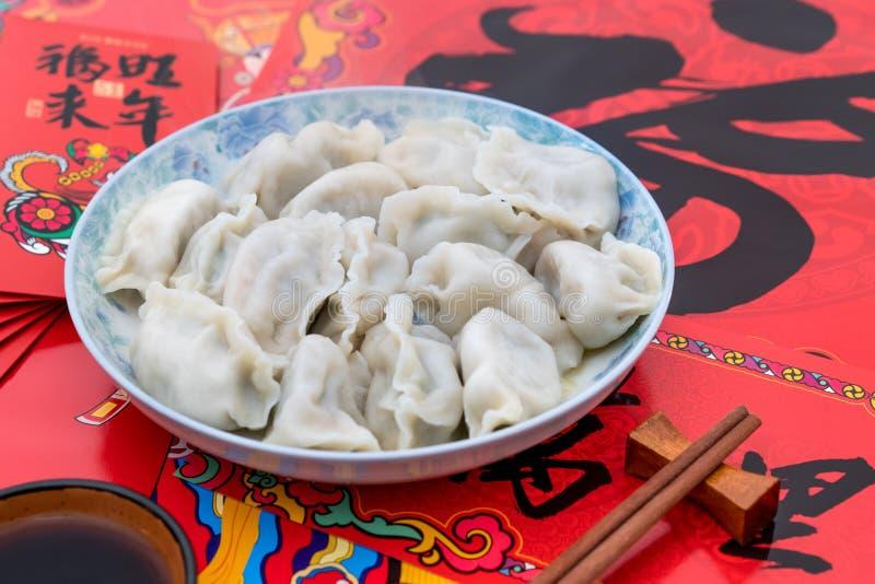 Un piatto degli gnocchi nell'ambito dei precedenti dei distici rossi durante il festival di primavera immagine stock