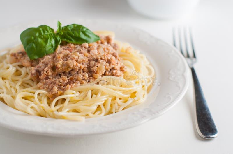 Un piatto degli spaghetti con la salsa della carne immagini stock libere da diritti