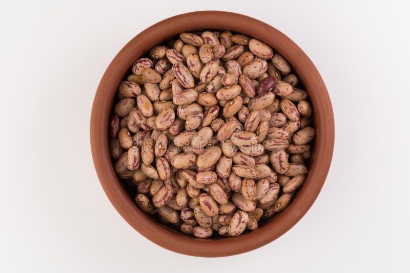 Un piatto dei fagioli su fondo bianco immagine stock