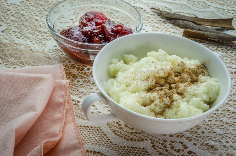 Un piatto del budino di riso con inceppamento e cannella immagini stock libere da diritti