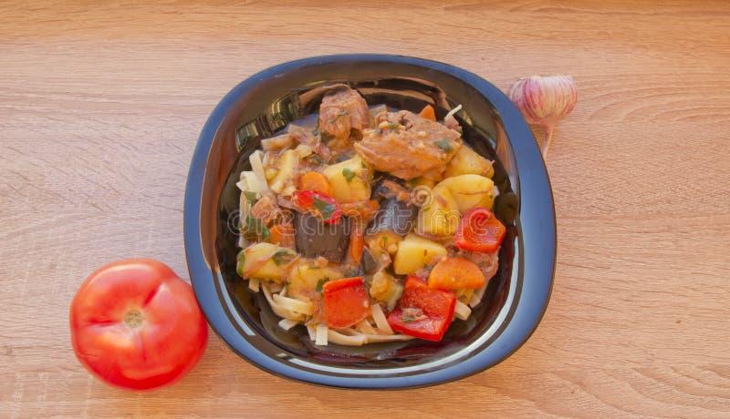 Un piatto del lagman cucinato del piatto su una tavola di legno immagine stock