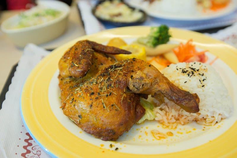 Un piatto del pollo arrostito con riso fotografie stock