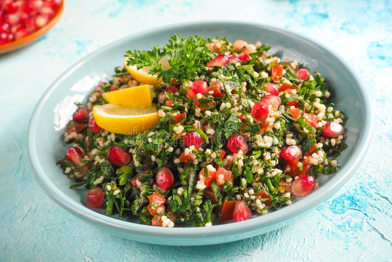 Un piatto dell'insalata di tabulé, primo piano Alimento arabo tradizionale fotografie stock