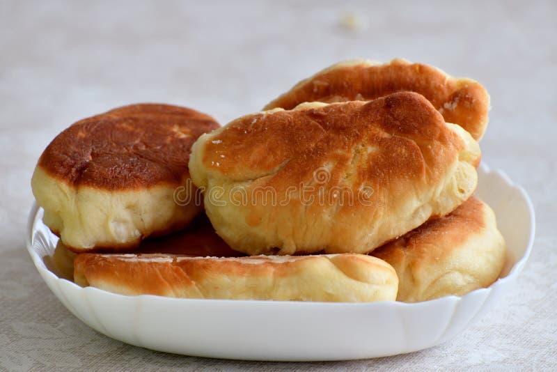 Un piatto delle torte fritte deliziose immagini stock libere da diritti