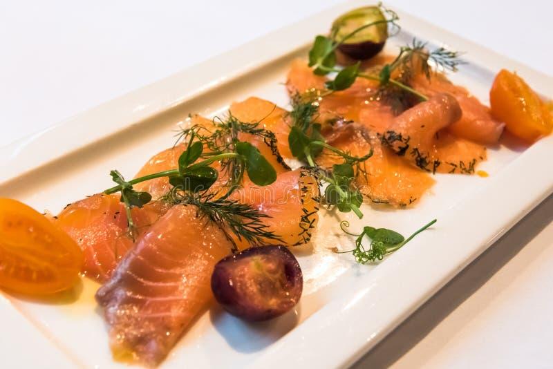 Un piatto di gravlax, scandinavo ha curato il salmone fotografia stock libera da diritti