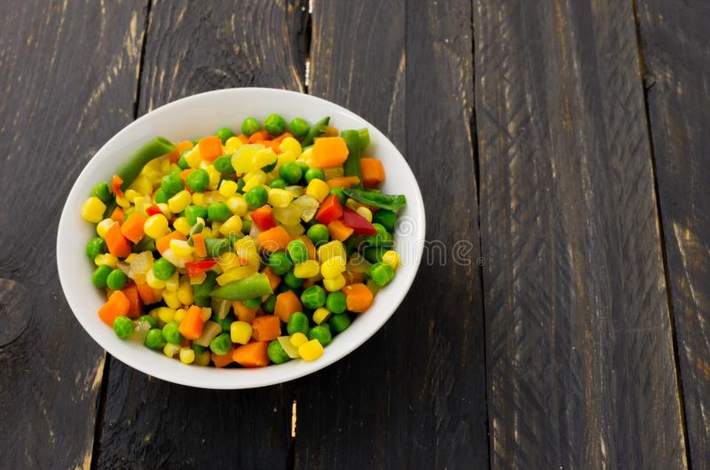 Un piatto di insalata con le verdure multicolori Insalata messicana fotografia stock