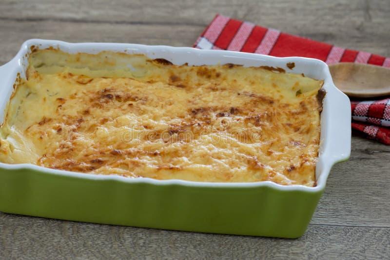 Un piatto di lasagna con bolognese fotografia stock
